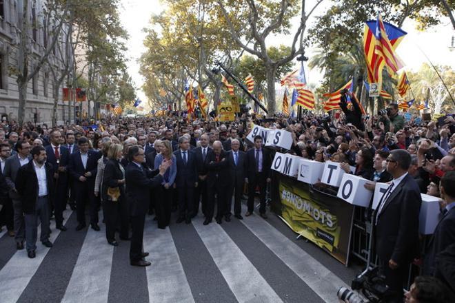 Mas, davant la porta del Palau de Justícia, aplaudeix els ciutadans congregats per donar-li suport.