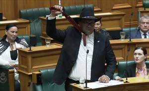 El diputado maorí Rawiri Waititi se rebela contra el uso de la corbata en el Parlamento de Nueva Zelanda.