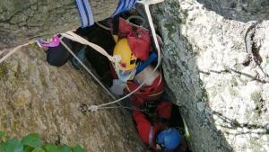 Un momento del rescate del espeleólogo accidentado en El Bruc.