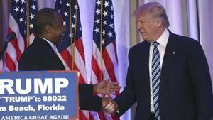 Trump (derecha) estrecha la mano del excandidato Ben Carson, en Palm Beach (Florida), este viernes.