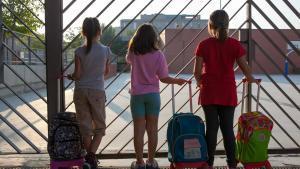 Niñas en la puerta de un colegio de Parets del Vallès