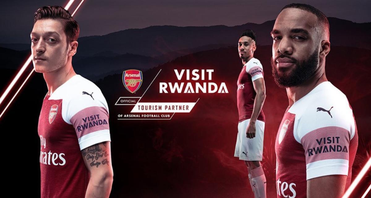 Nueva equipación del Arsenal con el logo 'Visit Ruanda' en la manga.