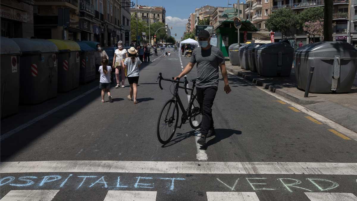 Una iniciativa vecinal corta la Carretera de Collblanc (de Riera Blanca a la calle de Llobregat) para reclamar la pacificación de algunas calles de L'Hospitaletdurante los fines de semana.