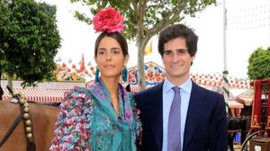 Fernando Fitz-James Stuart,primogénito del actualduque de Alba yMatilde Solís, posa con su prometida Sofía Palazuelo, en la feria de Sevilla, el pasado abril.