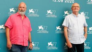 El director, Roger Michell y el actor Jim Broadbent, en la presentación de 'The Duke' en Venecia.
