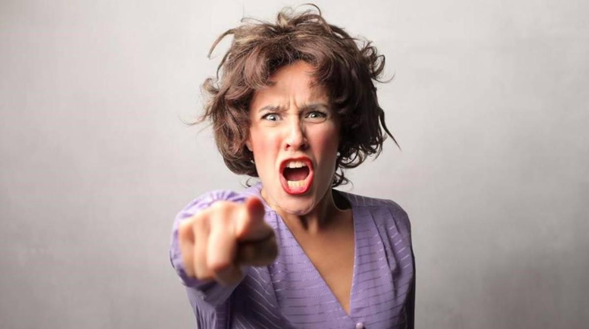 Una mujer enfadada gritando.