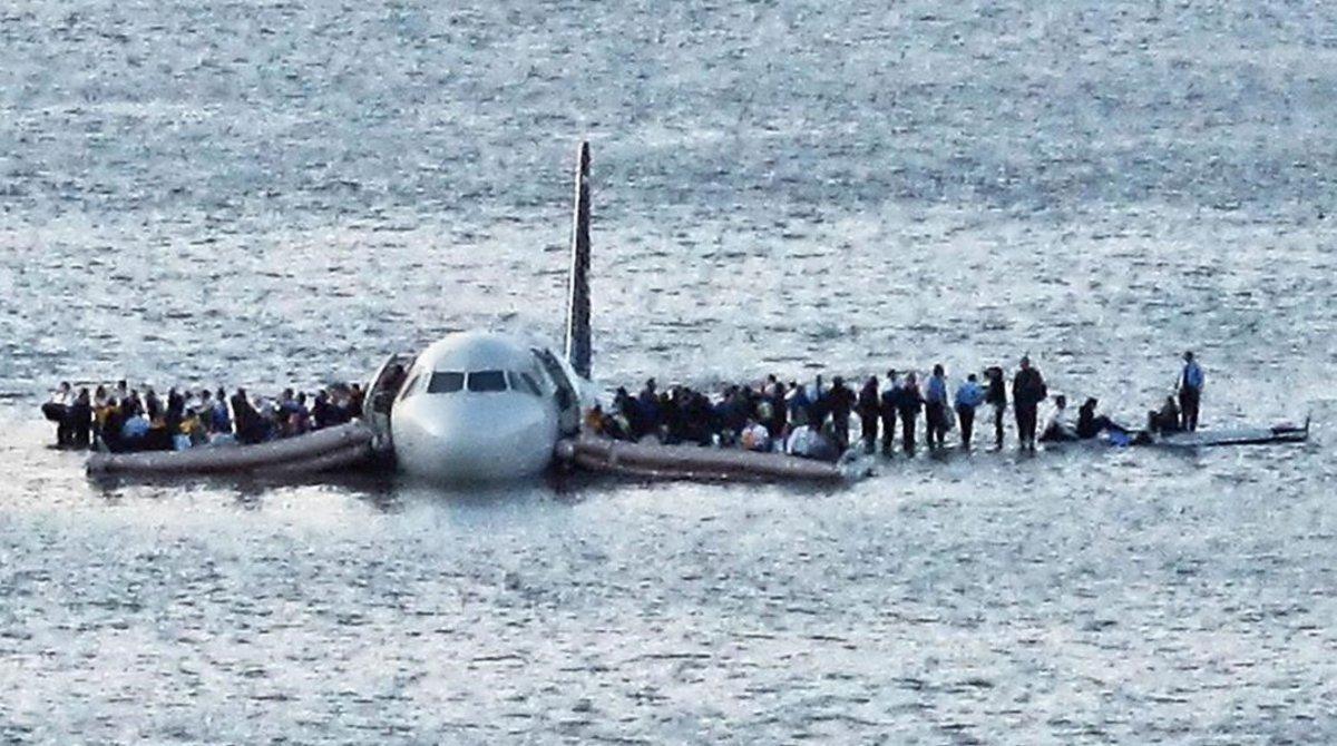 La icónica imagen del US Airways Airbus 320 que aterrizó sobre el río Hudson.