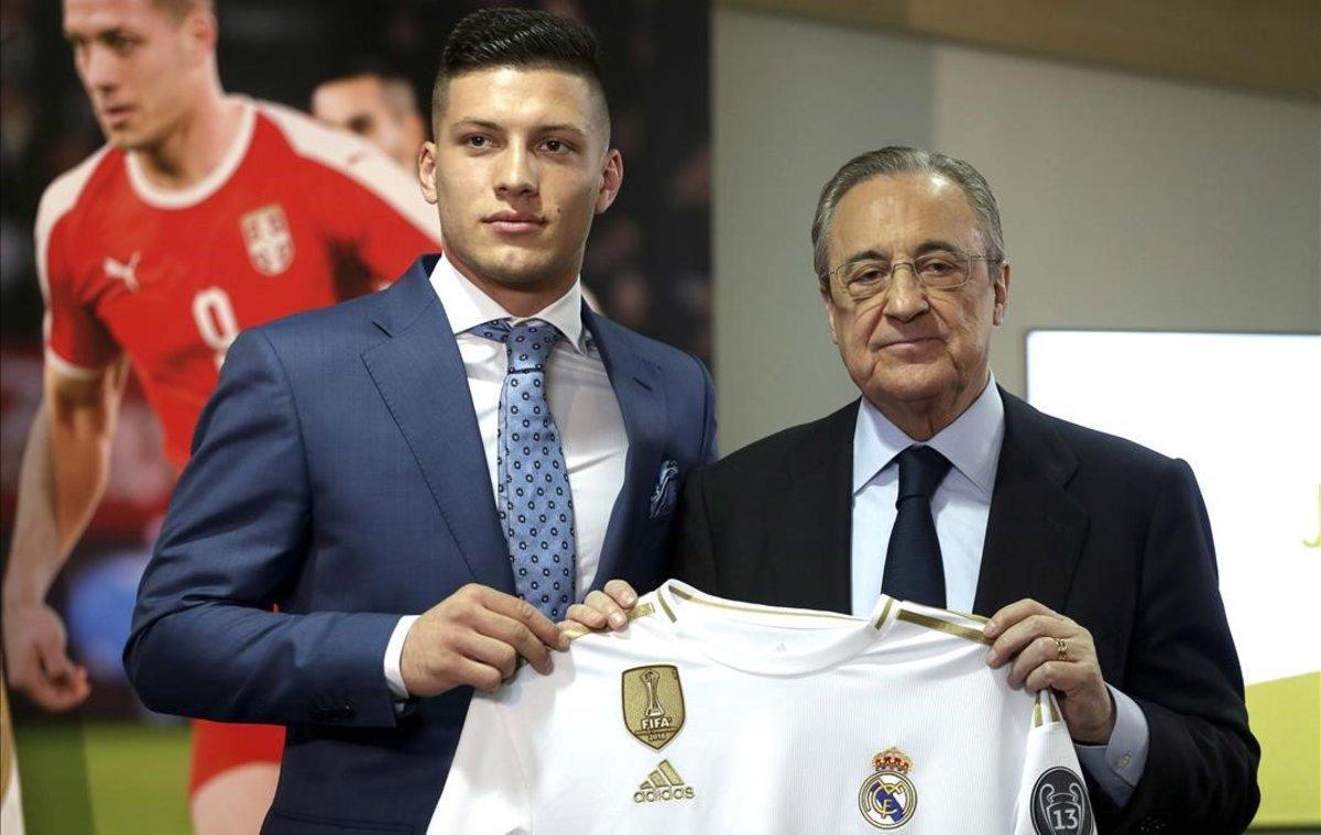Luka Jovic junto a Florentino Pérez en su presentación con el Madrid.