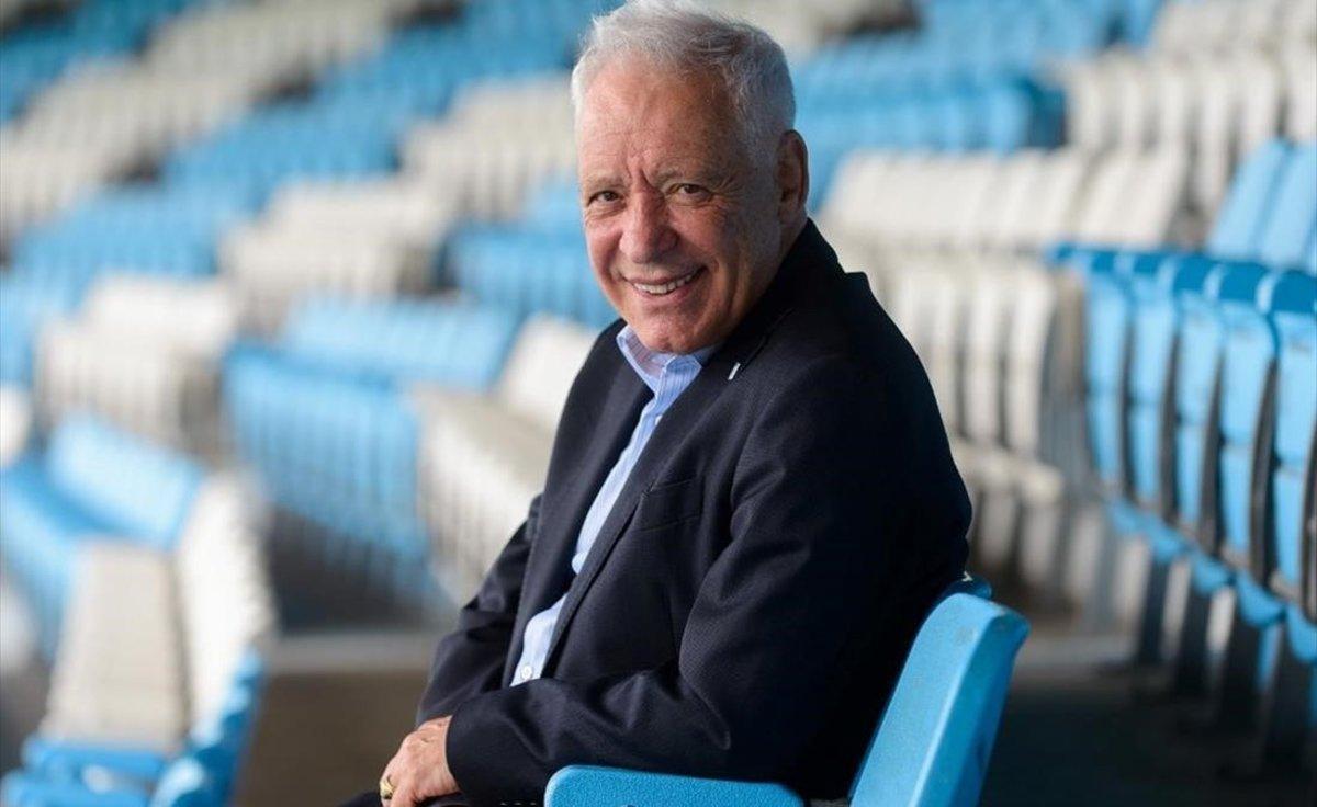 Víctor Blanco, presidente del Racing Avellaneda, en las gradas del estadio.
