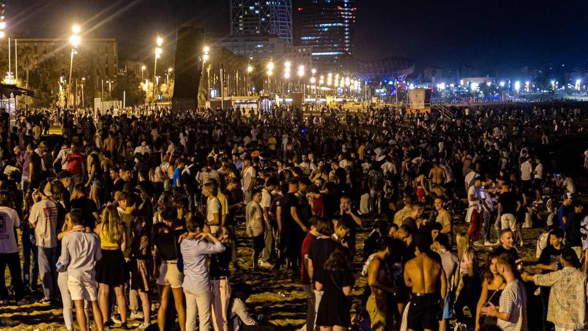Botellón en la playa de la Barceloneta, el pasado sábado 10 de julio.
