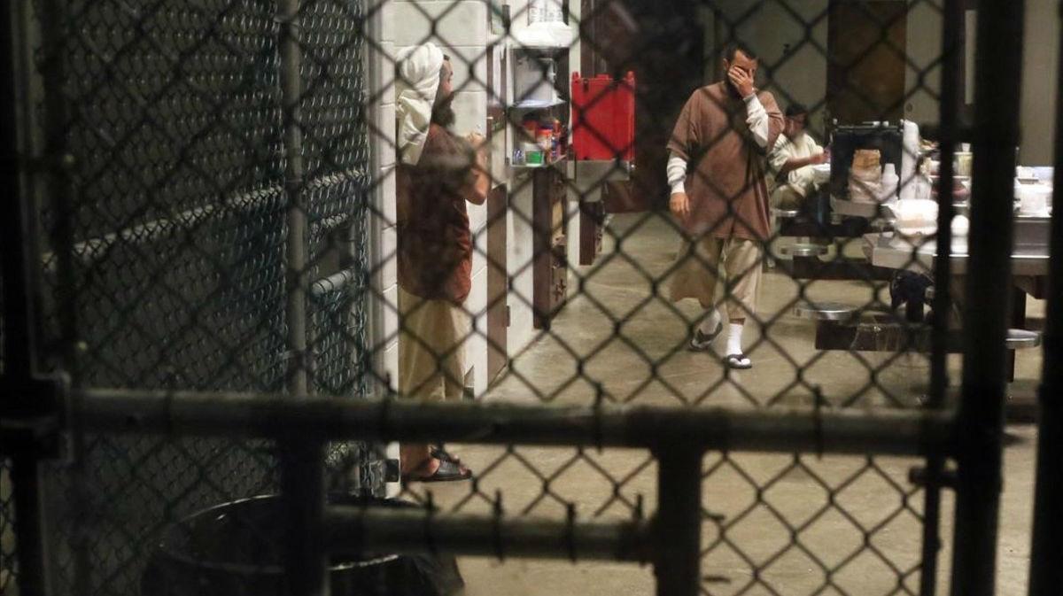 Un preso camina por el interior de una zona común en Guantánamo.