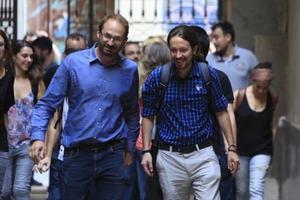Joan Herrera y Pablo Iglesias, a su llegada a la sede de ICV,ayer en Barcelona.