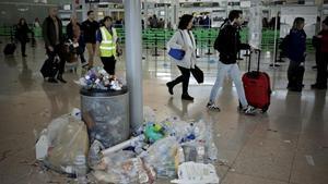 El aeropuerto de El Prat, durante una huelga de limpieza en el 2016.