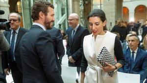 Monasterio se cruza con Pablo Casado en un acto organizado por el Gobierno de la Comunidad de Madrid, este lunes.