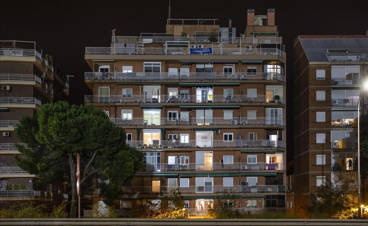 Fachada de un edificio de Barcelona, después del toque de queda.
