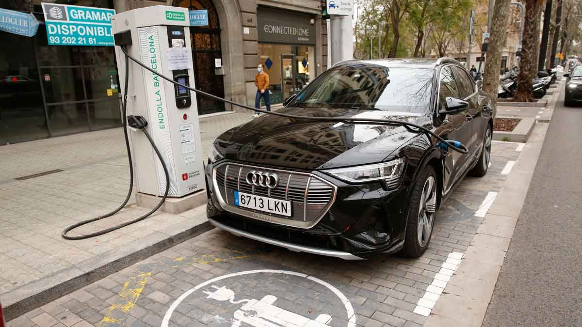 Un coche eléctrico cargándose en la Diagonal de Barcelona.