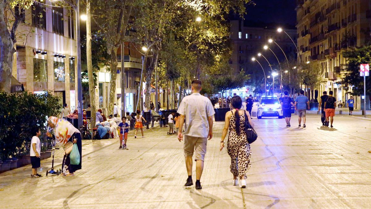 La Guardia Urbana ha reforzado su operativo en la ronda de Sant Antoni para tratar de frenar el incivismo y conflictos que denuncian vecinos y comerciales.
