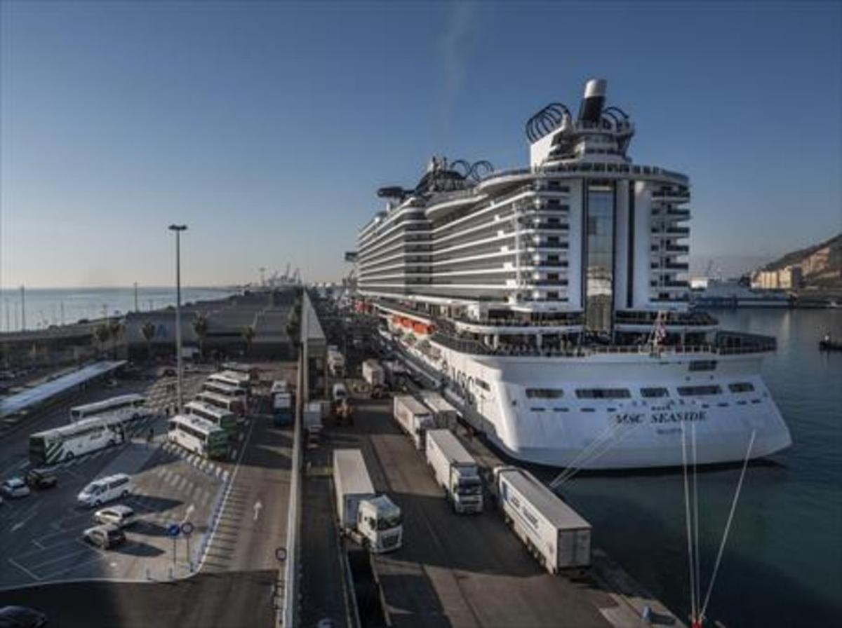 El crucero 'MSC Seaside', atracado en el puerto de Barcelona.