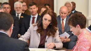 La primera ministra de Nueva Zelanda, Jacinda Ardern, acepta formalmente el cargo, este viernes en Wellington.
