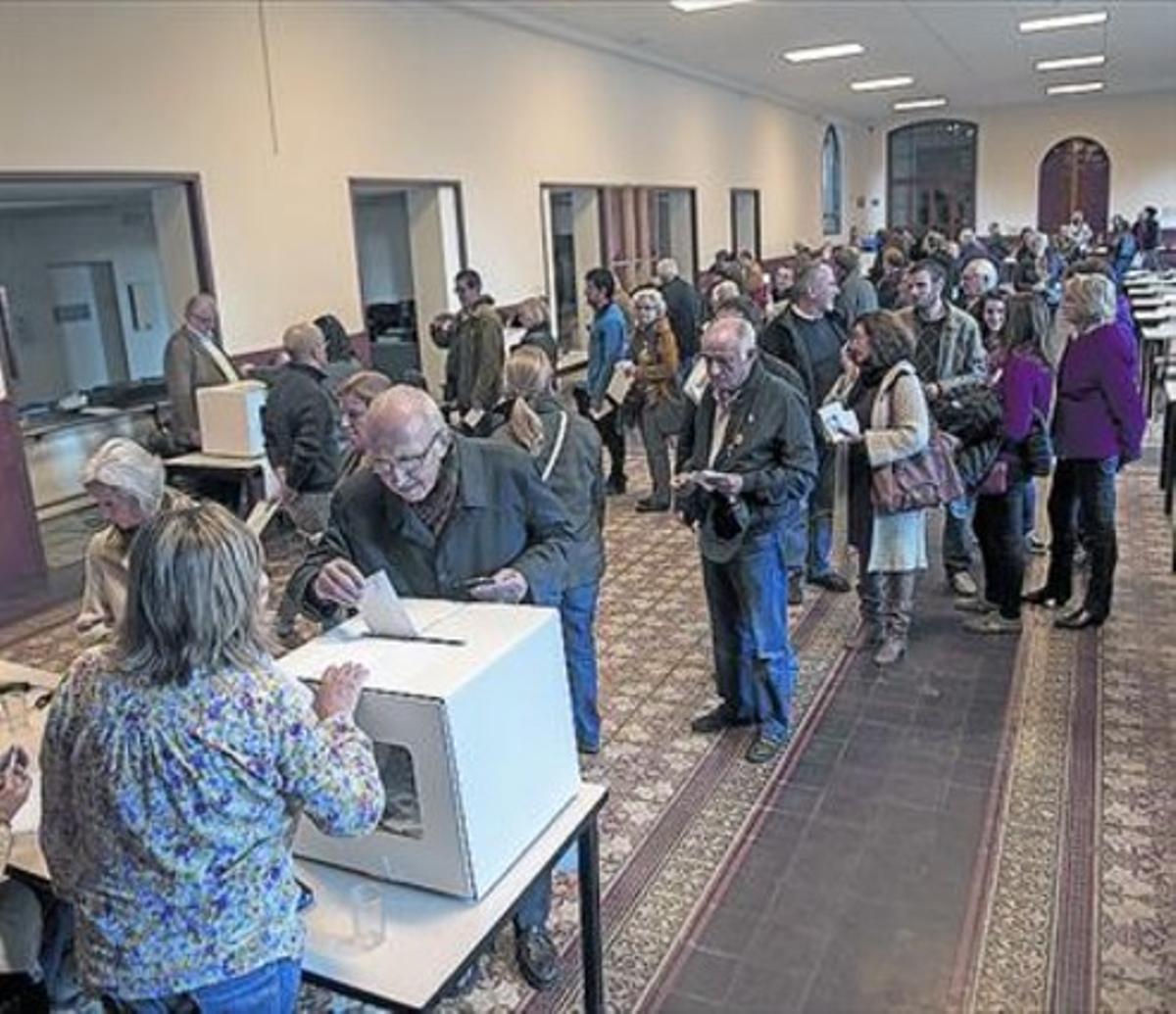 Votantes esperando para depositar la papeleta, el pasado 9-N.
