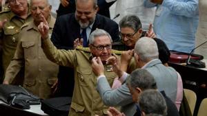 Raúl Castro, en el centro de la imagen, durante una sesión de la Asamblea Nacional Popular en diciembre del 2019.