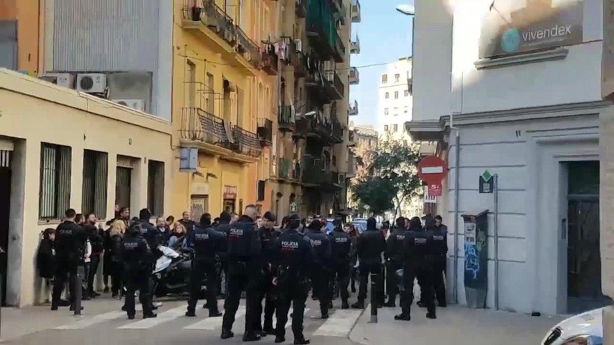 El desalojo se ha producido en unos apartamentos de la calle Piquer esquina Fontrodona.