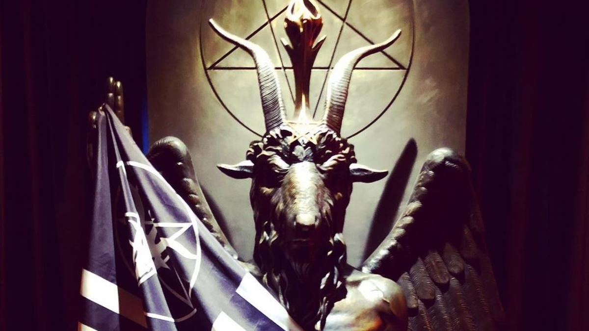 La estatua de Belcebú que preside la sede central del Templo Satánico en Salem (Massachusetts), lugar de peregrinación para 'selfies' de los devotos de esta religión.