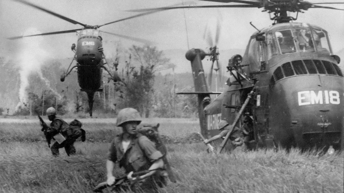 Soldados y helicópteros estadounidenses en una operación contra el Vietcong, durante la guerra de Vietnam, en 1966.