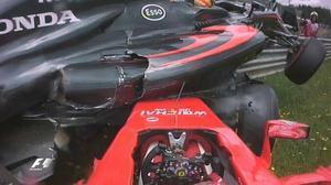 ElFerrari de Raikkonen ha embestido al McLaren de Alonso