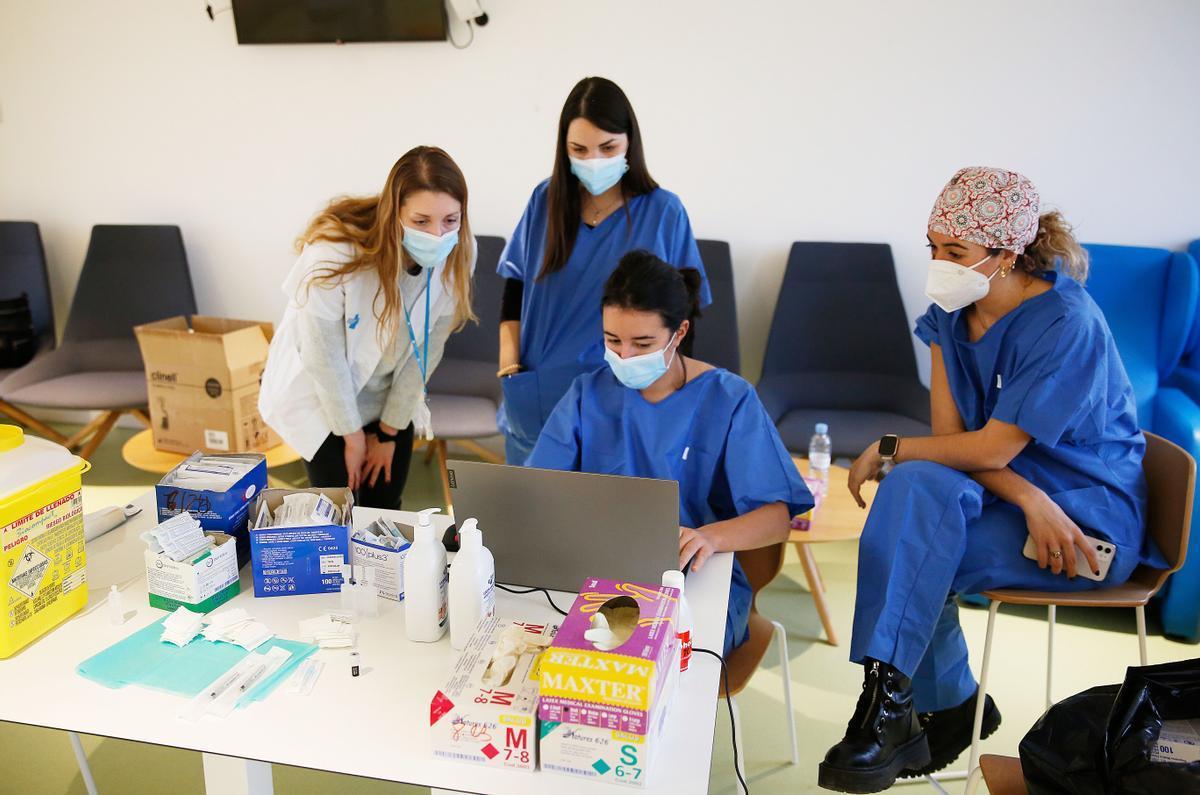 Un grupo de enfermeras aprenden a vacunar.