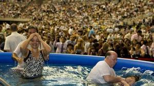 Bautizo de testigos de Jehová, en el 2009, en el Palau Sant Jordi.