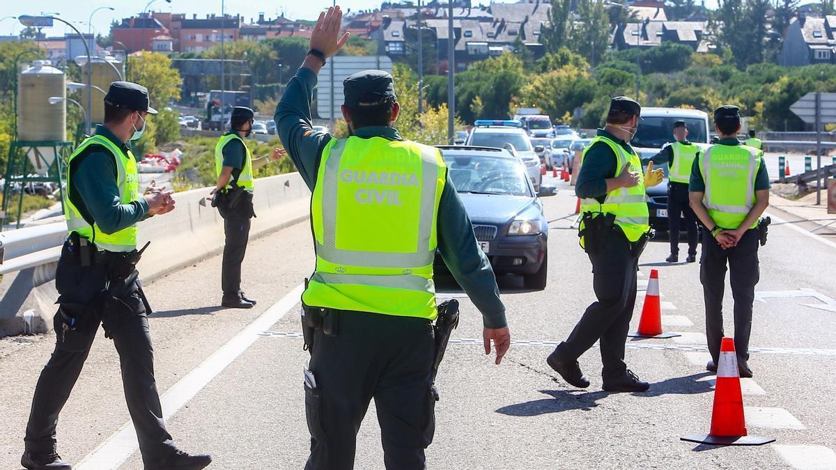 Agentes de la Guardia Civil vigilan durante un control.