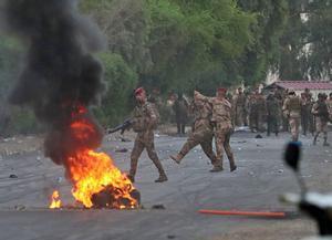 Enfrentamiento entre manifestantes y policía en Bagdad.