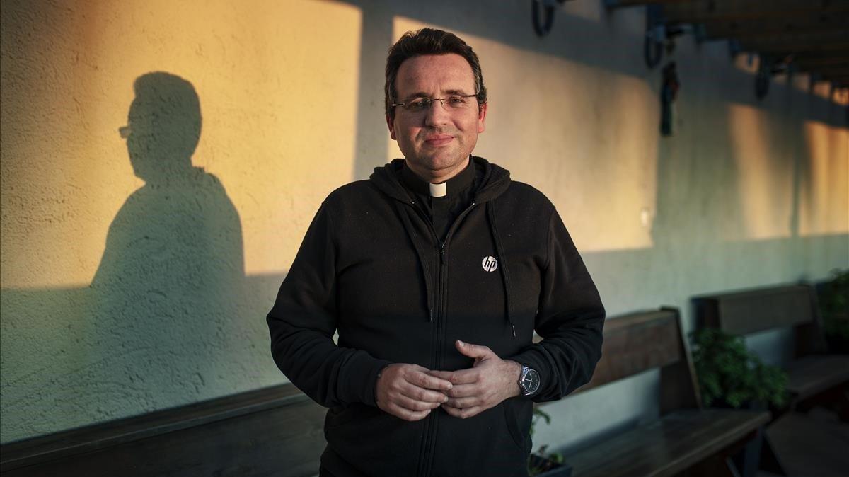Felipe Simón, sacerdote de Badalona que ayuda a personas sin hogar por las calles de Barcelona.