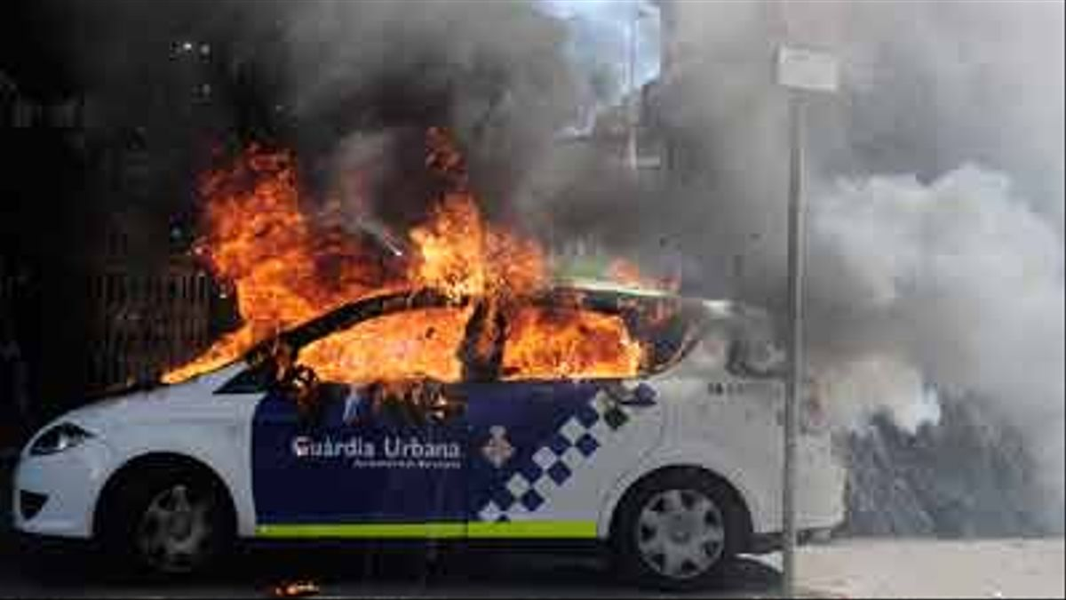 Disturbios en el centro de Barcelona.Al menos 13 personas han sido detenidas y un coche de la Guardia Urbana ha sido incendiado.