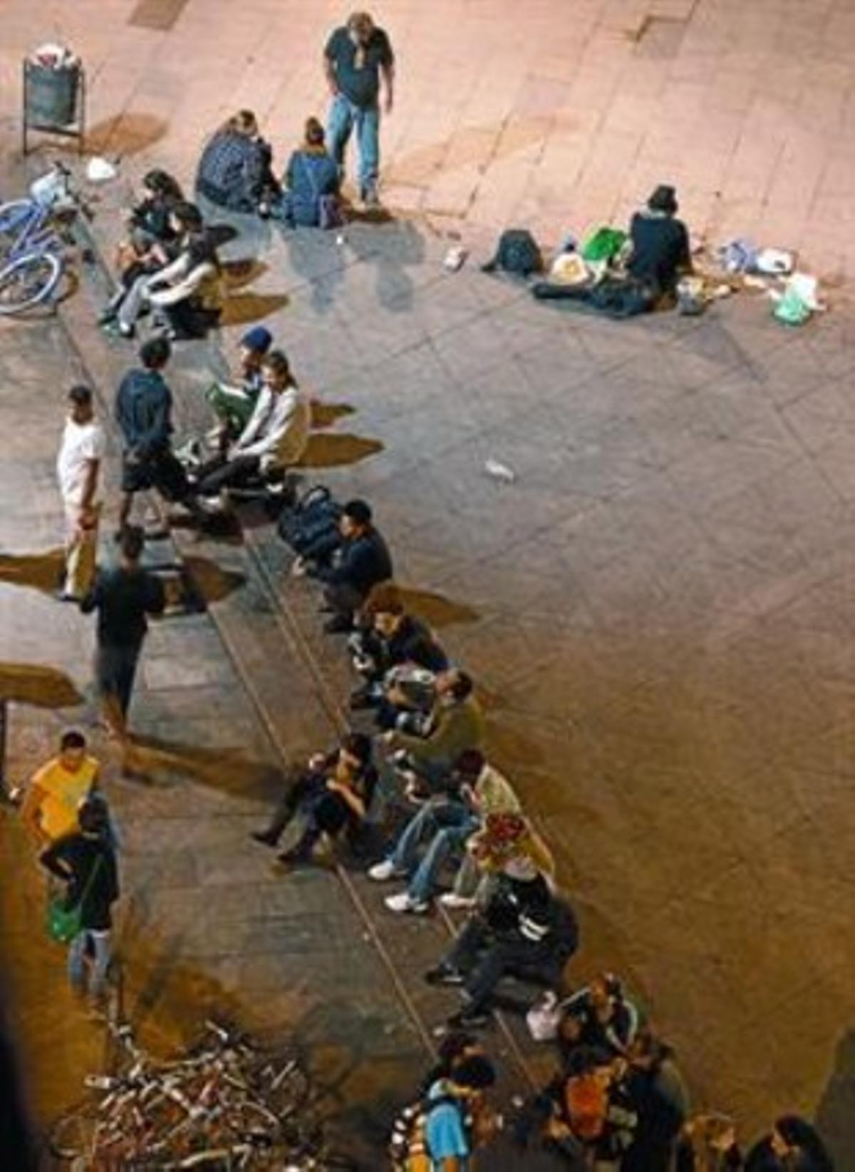 Un amplio grupo de personas bebe en la plaza de Orwell, el lunes.