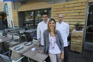 Delante, Marta Cid y, detrás, Albert Enrich (izquierda) y Marc Singla en la terraza de La Mar Salada. Foto: Danny Caminal