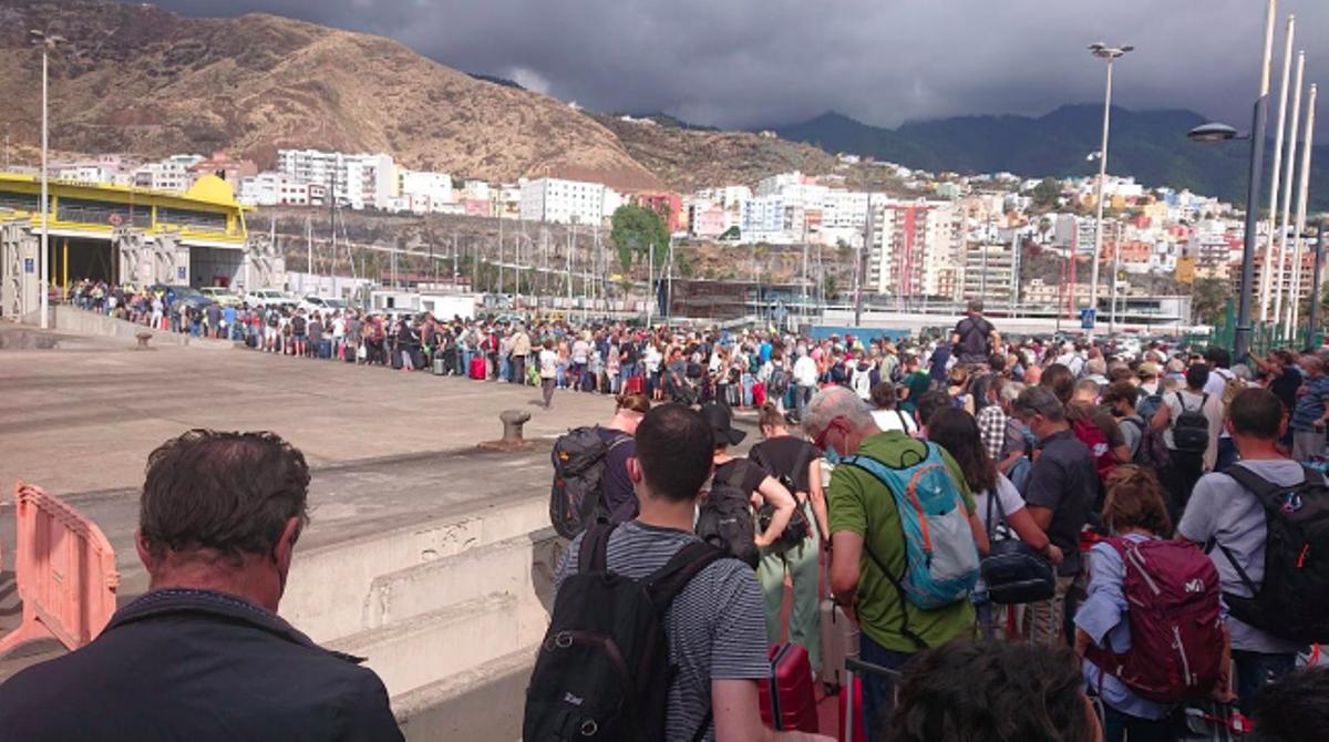 Largas colas en el muelle de Santa Cruz de La Palma para salir de La Palma.