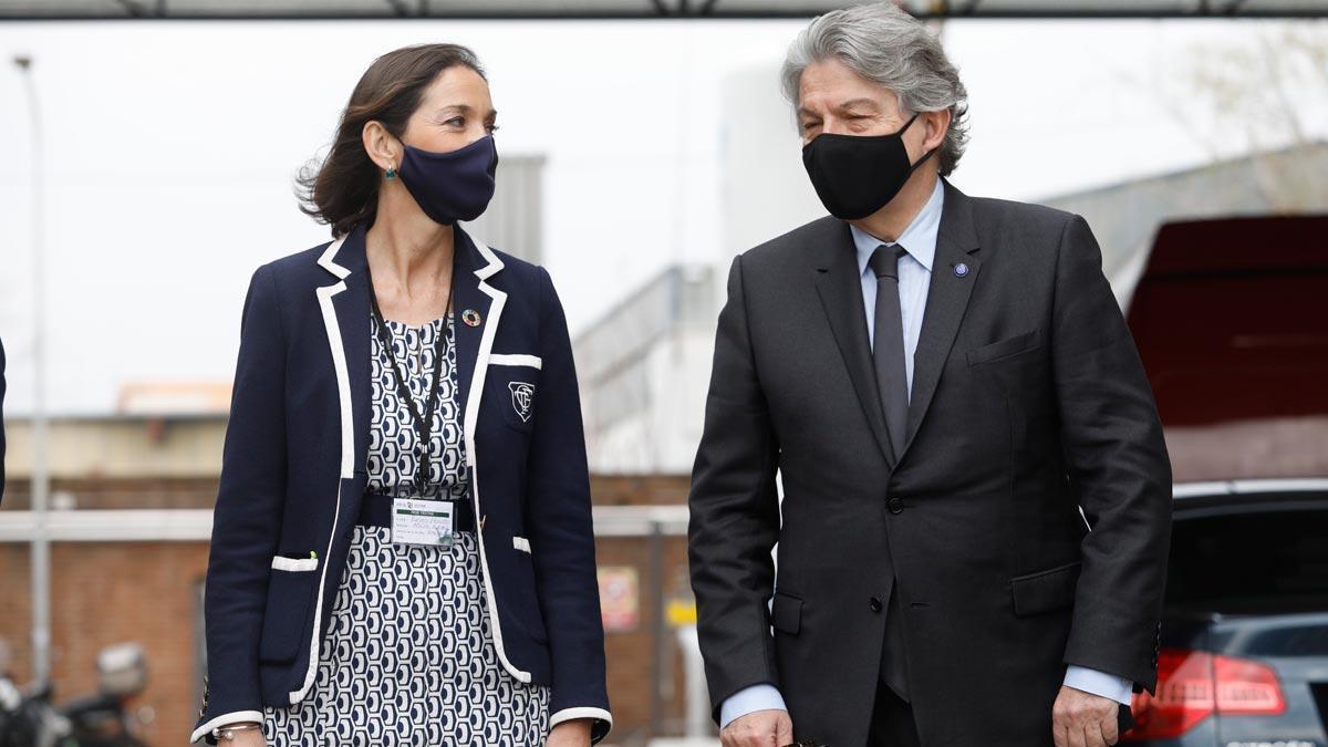 La ministra Reyes Maroto y el comisario Thierry Breton visitan la planta de Reig Jofre en Barcelona.