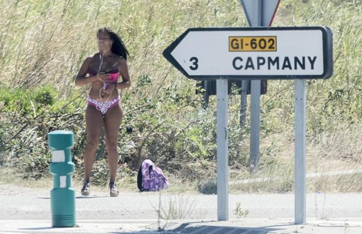Una prostituta en la N-2 a su paso por el Alt Empordà, en el cruce a la población de Capmany, el pasado verano.