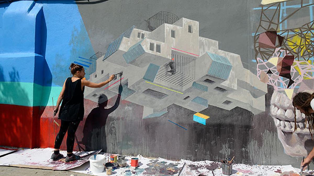 Instalación 'Mur transitable': murales y grafitis en el paseo de la Circumval·lació.