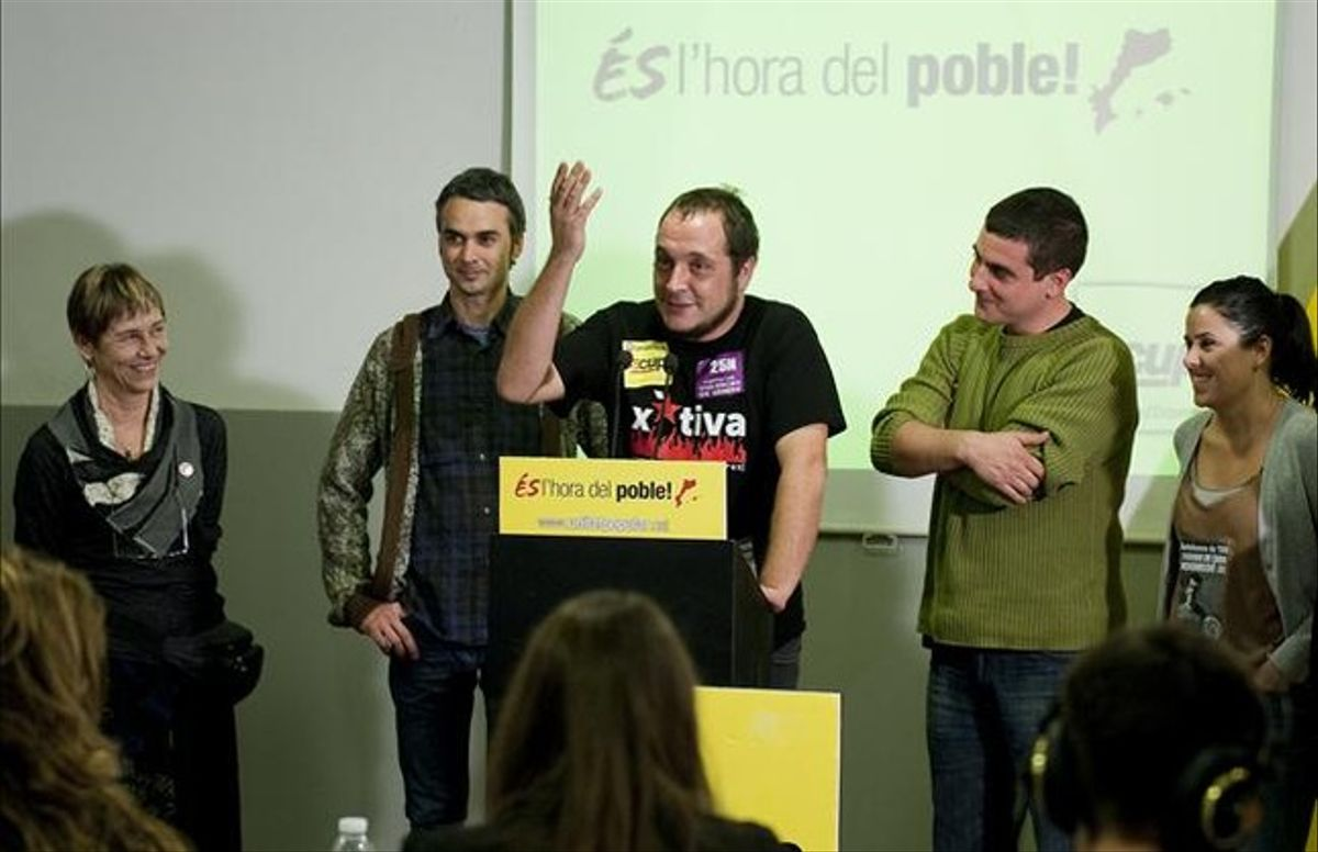 El candidato de la CUP, David Fernàndez, se dirige a los militantes tras conocer los resultados de las elecciones del 25-N, que le han dado 3 escaños en el Parlament. JORDI COTRINA