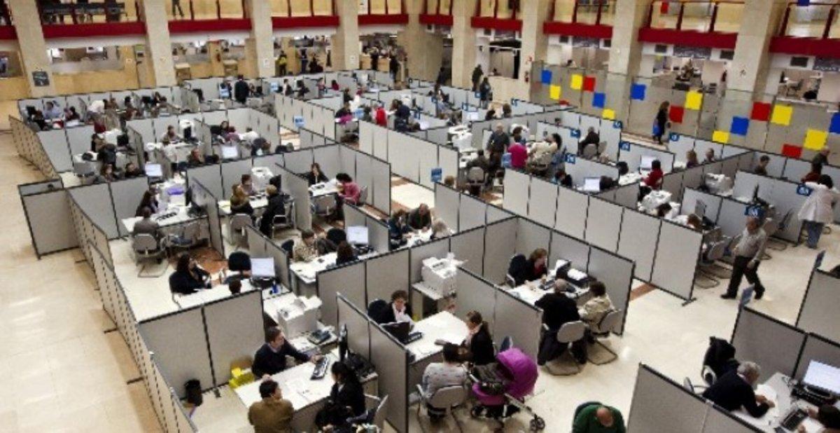 Funcionarios de Estado en sus puestos de trabajo.