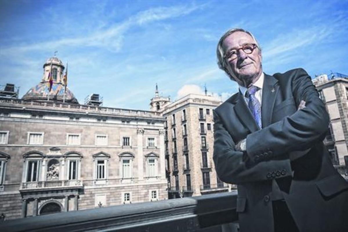 El alcalde Xavier Trias posa en el balcón del ayuntamiento con la Generalitat al fondo.