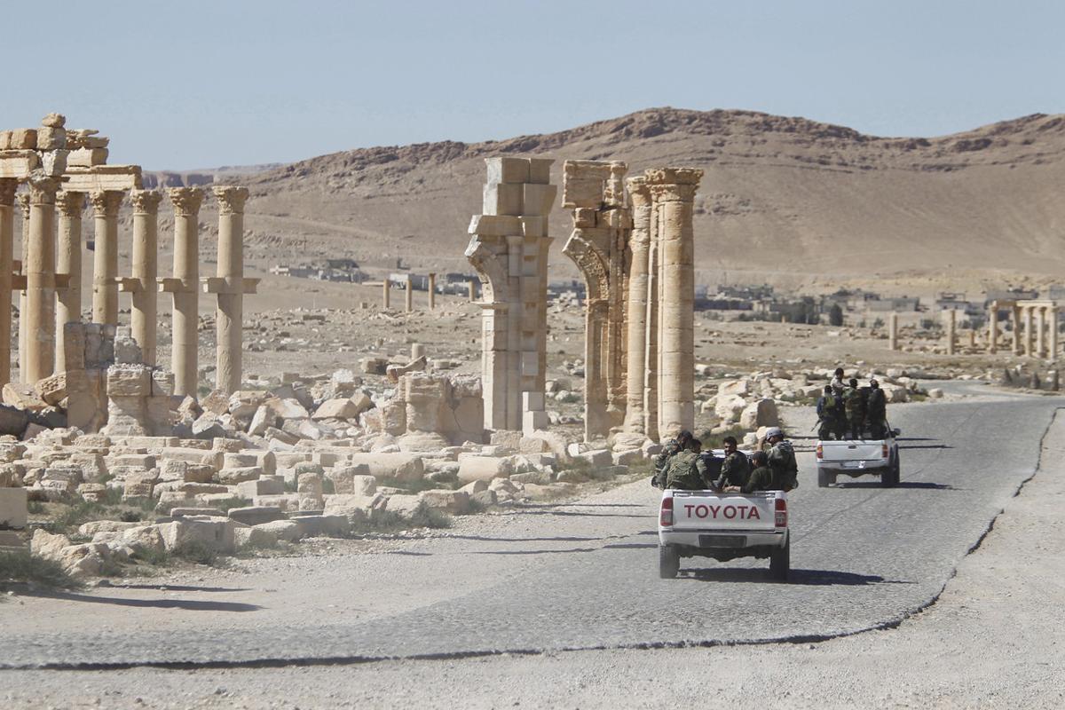 Soldados sirios circulan entre las ruinas de Palmira tras expulsar a los yihadistas del Estado Islámico.,