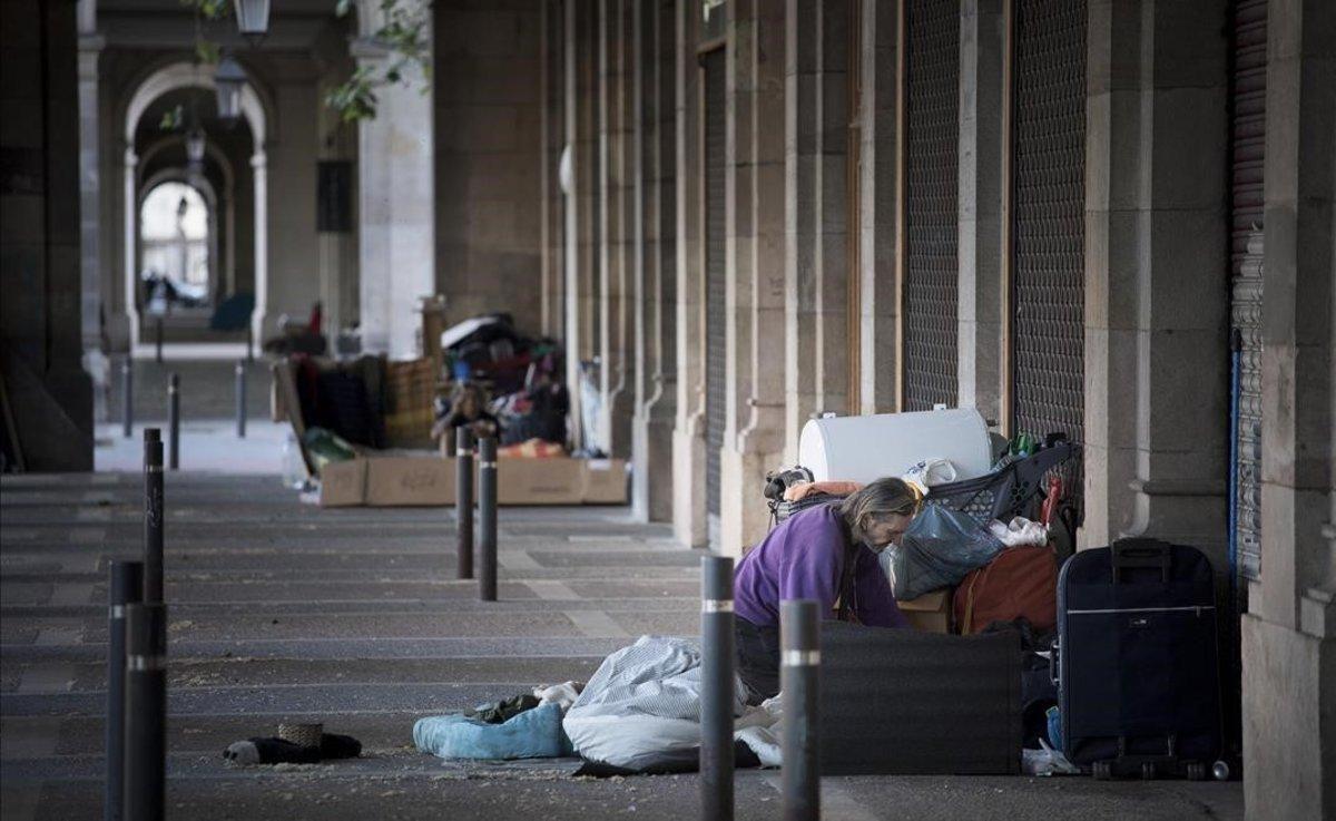 Personas durmiendo en el paseo de Picasso, hace unas semanas.
