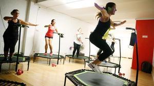 Celia Sánchez (derecha) dirige una clase en Jumping Fitness Bcn.