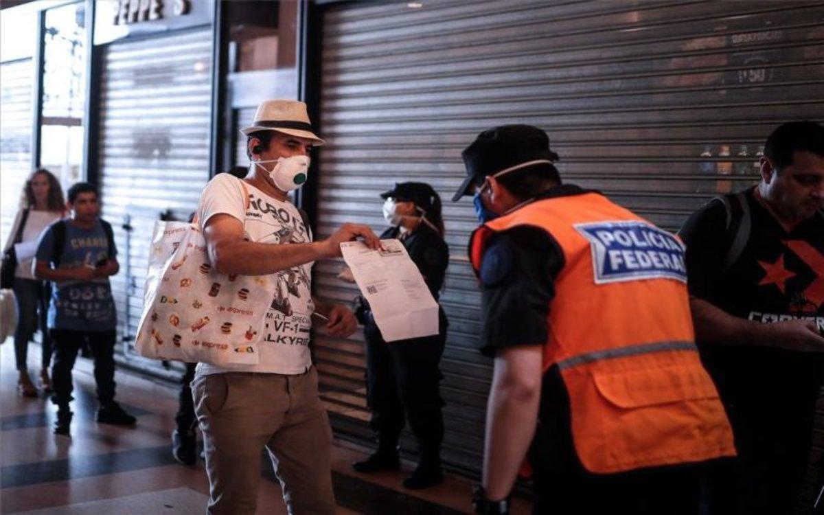 Un policía revisa documentos durante la cuarentena por coronavirus en Argentina.