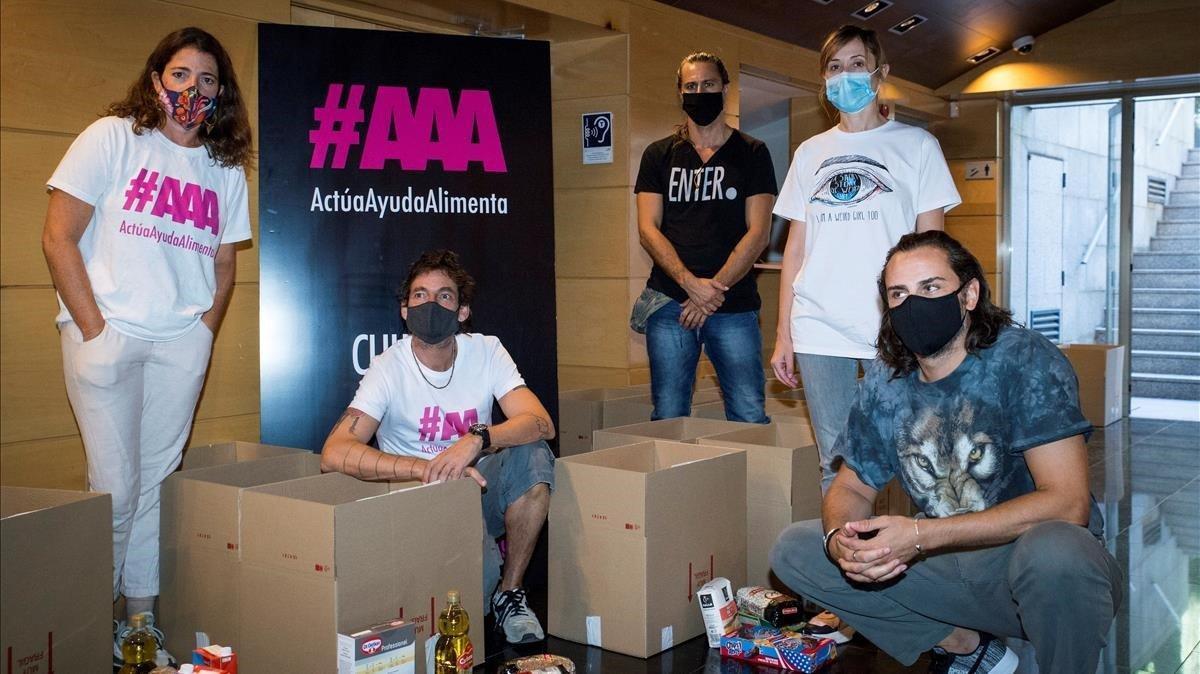 De izquierda a derecha,Nora Navas, Sergi Cochs,Hugo Silva,Nathalie Poza y Asier Exteandia, en la Academia de cine, conla primera entrega de alimentos en Madrid a trabajadores de la cultura.