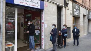 Cola de clientes en una mercería de Barcelona.